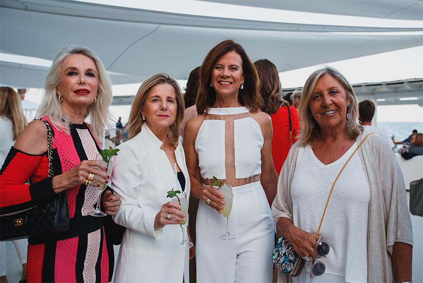Paula Domenech con un grupo de amigas, entre las que se encontraba Tina Nadal.